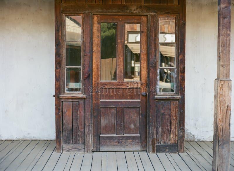 Porta resistida na construção ocidental velha fotos de stock