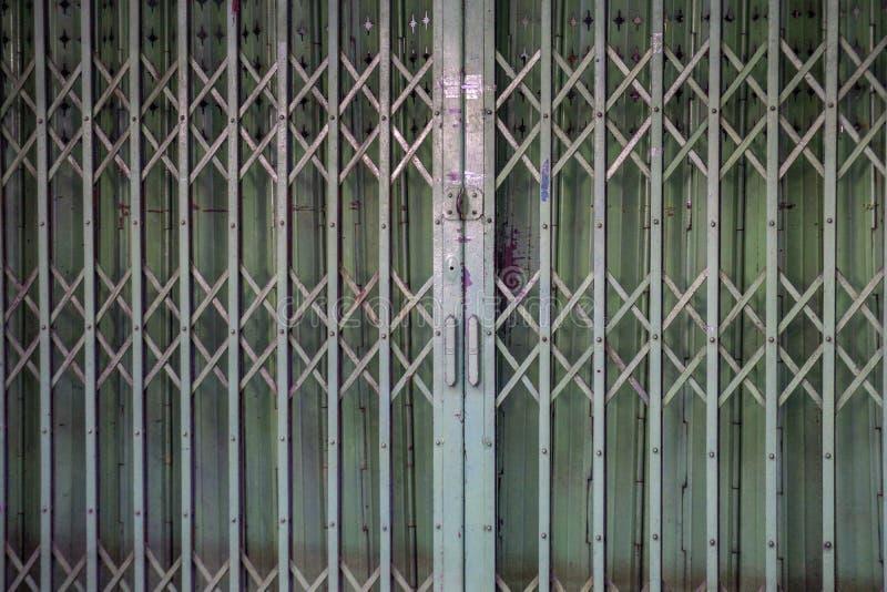 Porta retro velha do ferro da corrediça na cidade de China fotos de stock