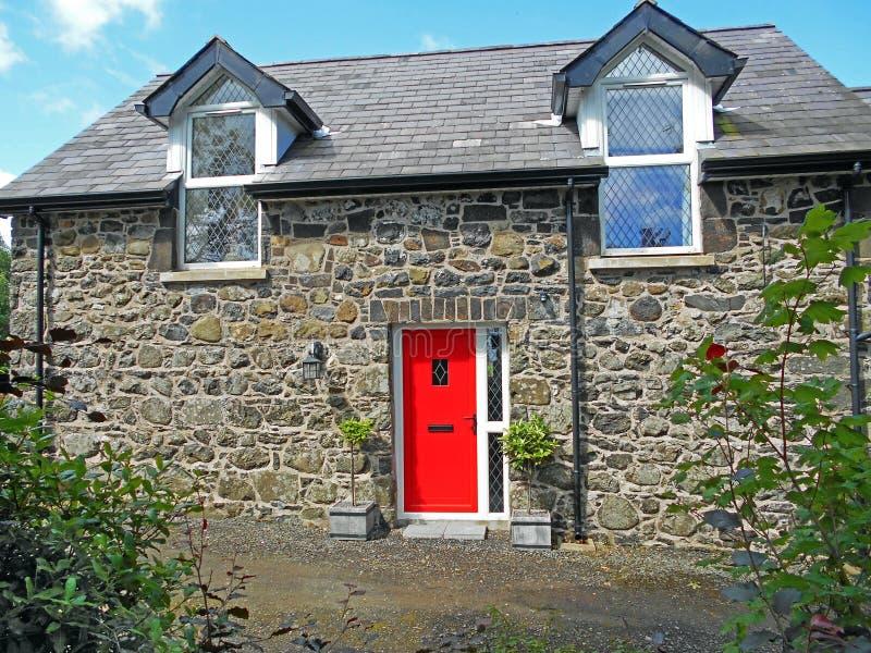 Porta rossa sulla parte anteriore della pensione convertita del granaio in Irlanda 2 immagine stock