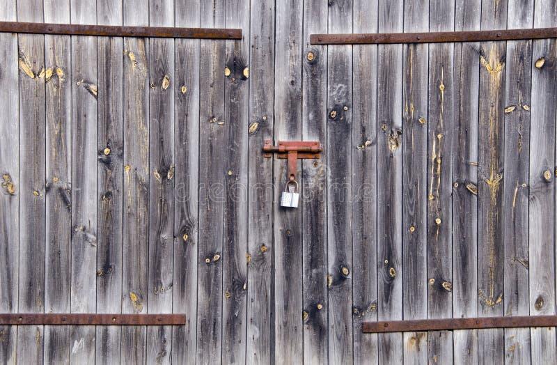 A porta rural do edifício da exploração agrícola de madeira velha travou o cadeado foto de stock royalty free