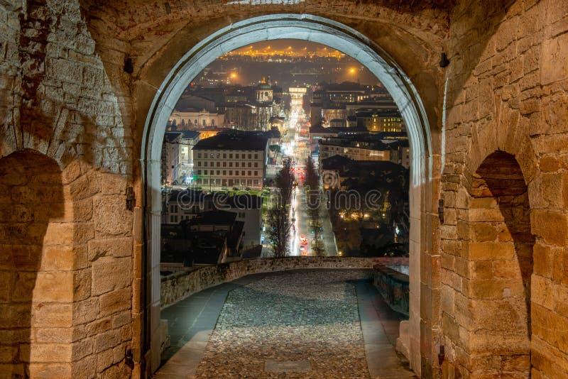 Porta San Giacomo la nuit avec vue sur Bergame inférieur image libre de droits