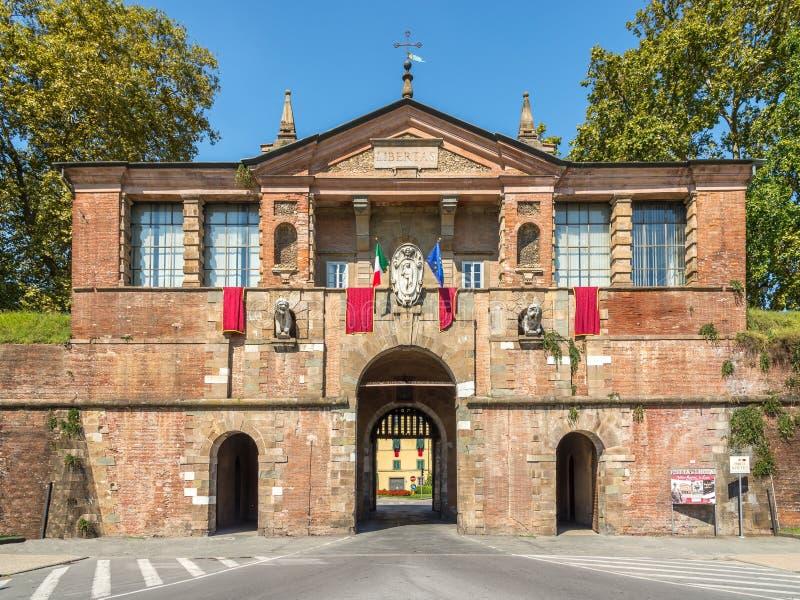 Porta San Pietro a Lucca - portone alla vecchia città fotografia stock
