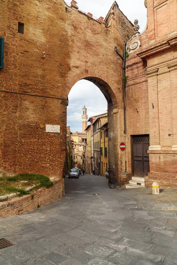 Porta Sant 'Agata op middeleeuwse smalle straat in Siena, Toscanië, Italië stock foto's