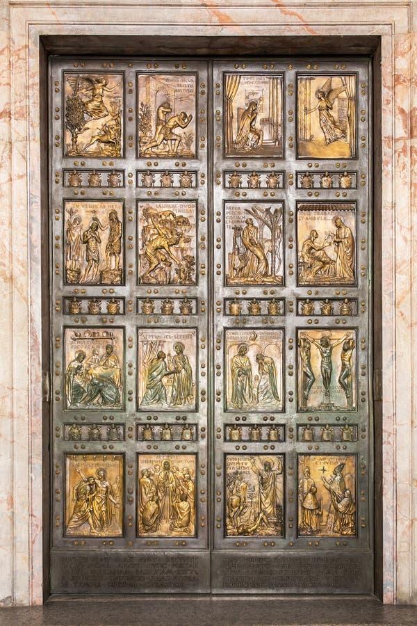 A porta santamente famosa na basílica de St Peter no Vaticano roma imagens de stock royalty free
