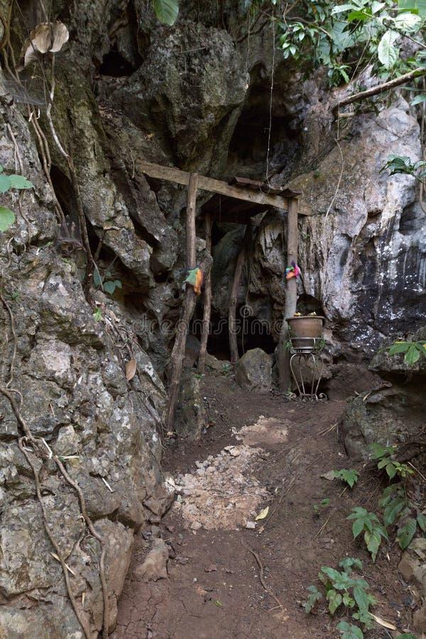 Porta secreta e misteriosa da entrada santamente da caverna na selva imagens de stock