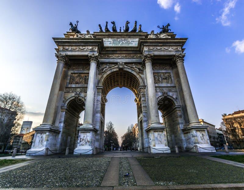 Porta Sempione van Milaan tijdens een zonnige dag, Lombardia, Italië Triomfantelijke poort genoemd Boog van Vrede royalty-vrije stock foto's