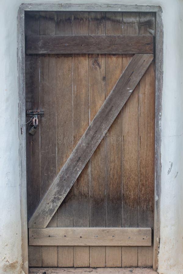 Porta simples de madeira do grunge velho no estilo asiático fotografia de stock