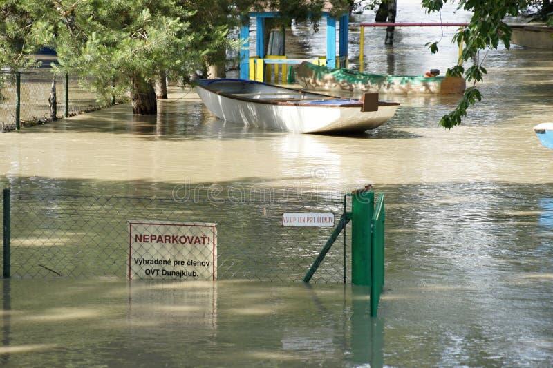Porta sob a água - inundação extraordinária, em Danúbio em Bratislava imagens de stock royalty free