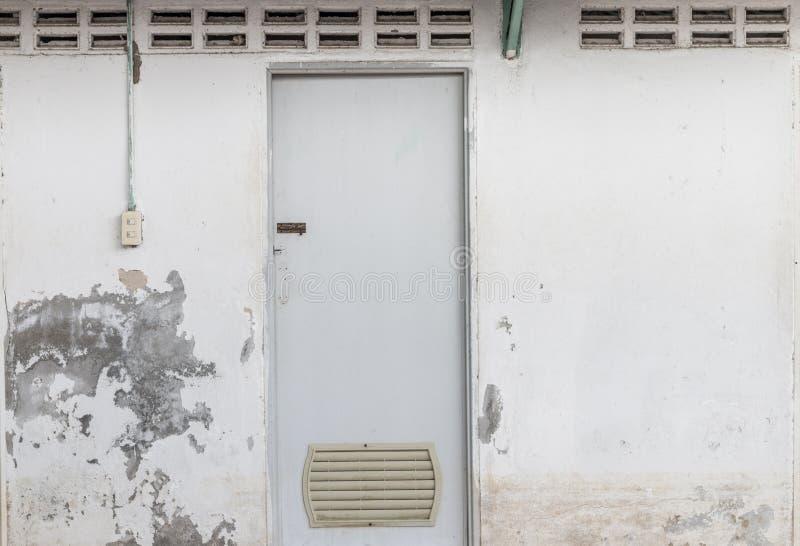 A porta suja do toalete e a textura velha da casca da parede imagem de stock royalty free