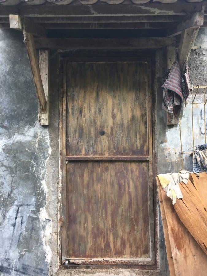 Porta suja velha foto de stock