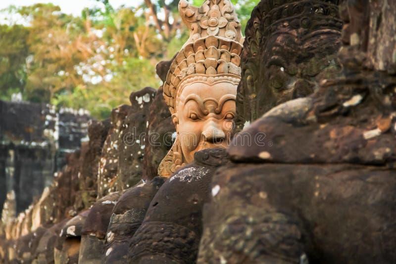 A porta sul a Angkor Thom em Camboja é alinhada com guerreiros e imagem de stock