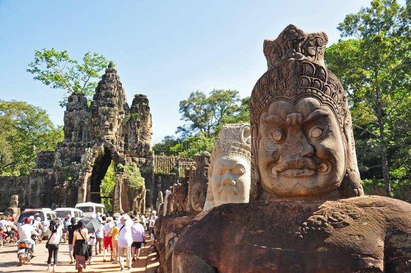 Porta sul da visita dos turistas de Angkor Thom imagens de stock royalty free