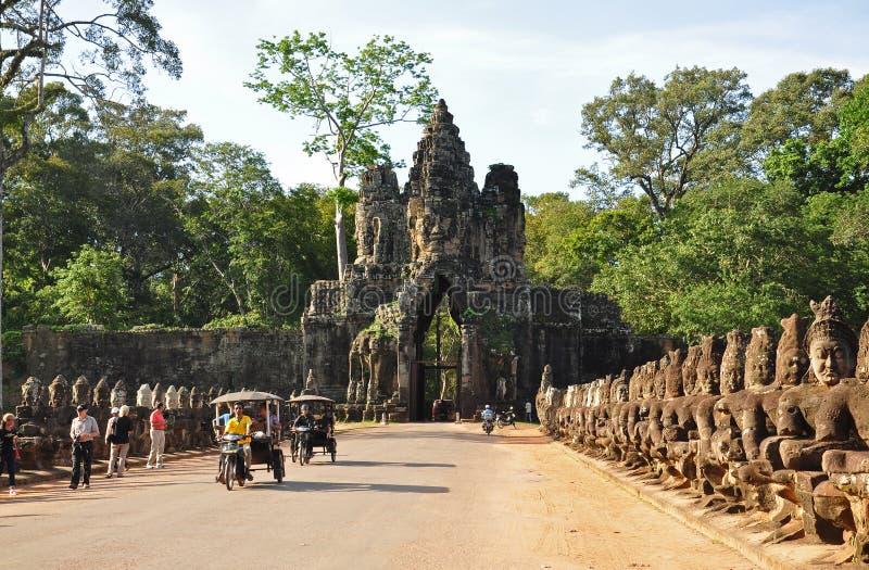 Porta sul da visita dos turistas de Angkor Thom foto de stock royalty free