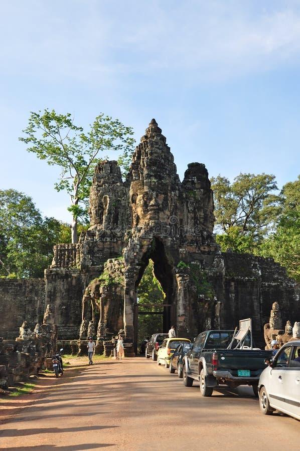 Porta sul da visita dos turistas de Angkor Thom foto de stock
