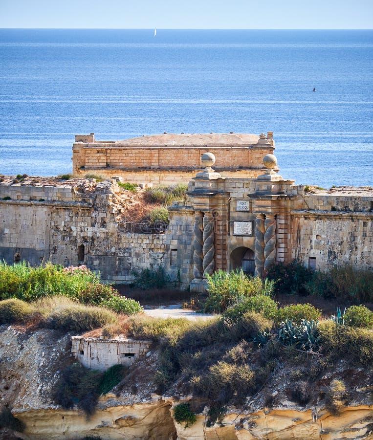 A porta sul do forte Ricasoli como visto de Kalkara sobre o Ri imagens de stock royalty free