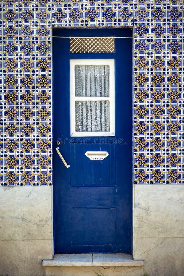 Porta típica dos distritos os mais velhos de Lisboa fotos de stock