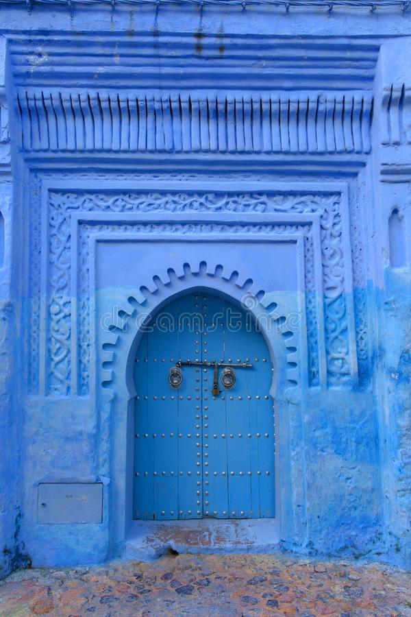 Porta típica na cidade azul de Chefchaouen Marrocos imagens de stock