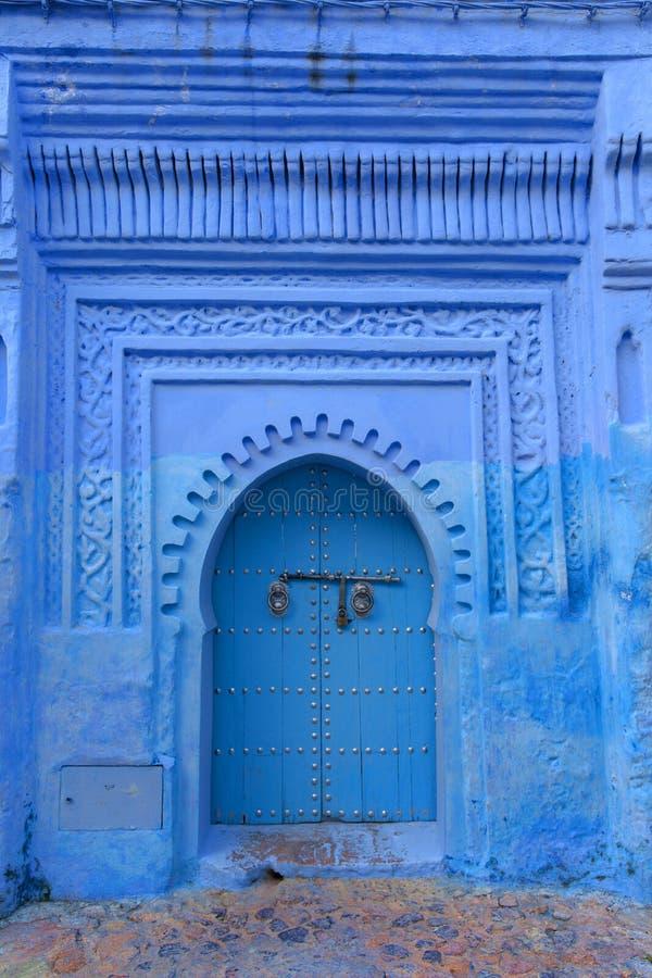 Porta tipica in città blu di Chefchaouen Marocco immagini stock