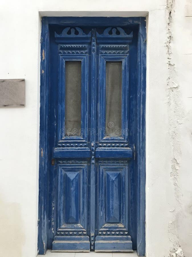 Porta tradicional azul em uma ilha grega foto de stock royalty free