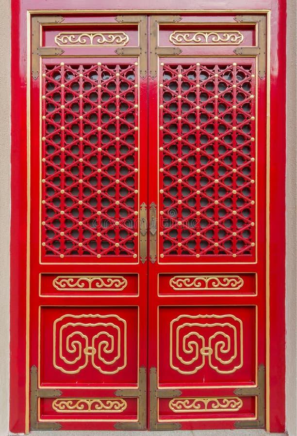 A porta tradicional chinesa do vermelho e do ouro modela o estilo foto de stock royalty free