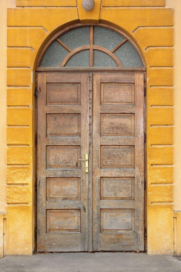 Porta tradicional de madeira velha foto de stock