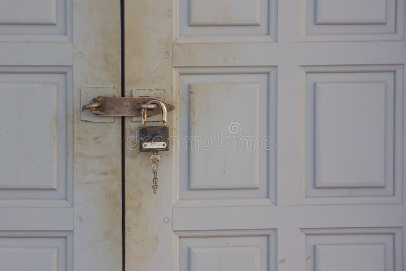 A porta ? travada a um fechamento velho Um fechamento na porta imagem de stock royalty free