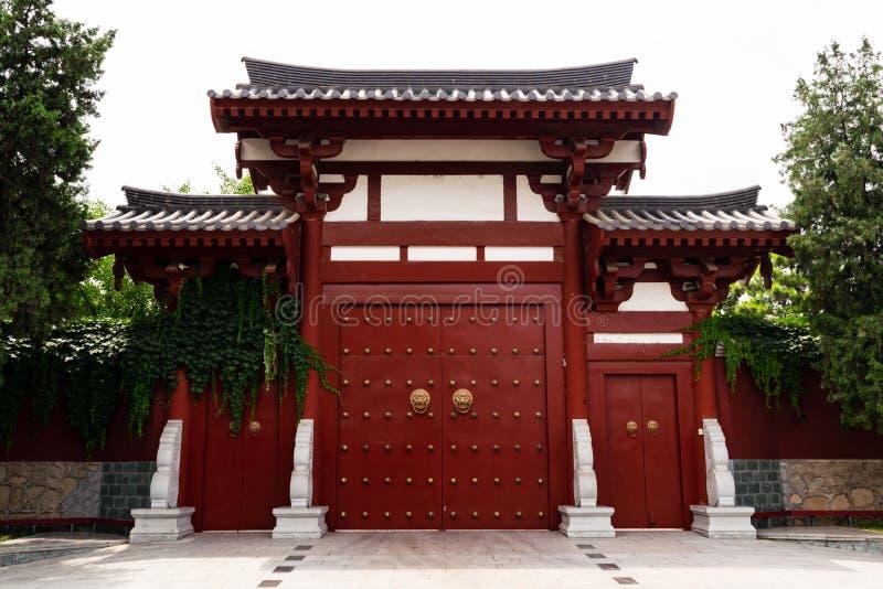 Porta in un tempio buddista - Xi `, Cina di stile cinese immagine stock