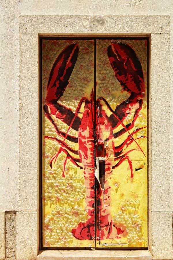 Porta variopinta con una locusta dipinta in Sesimbra immagine stock