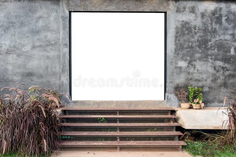 Porta vazia com a parede do almofariz com a escadaria ascendente de madeira fotografia de stock