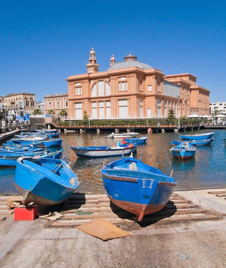 Porta velha com teatro de Margherita. Bari. Apulia. foto de stock