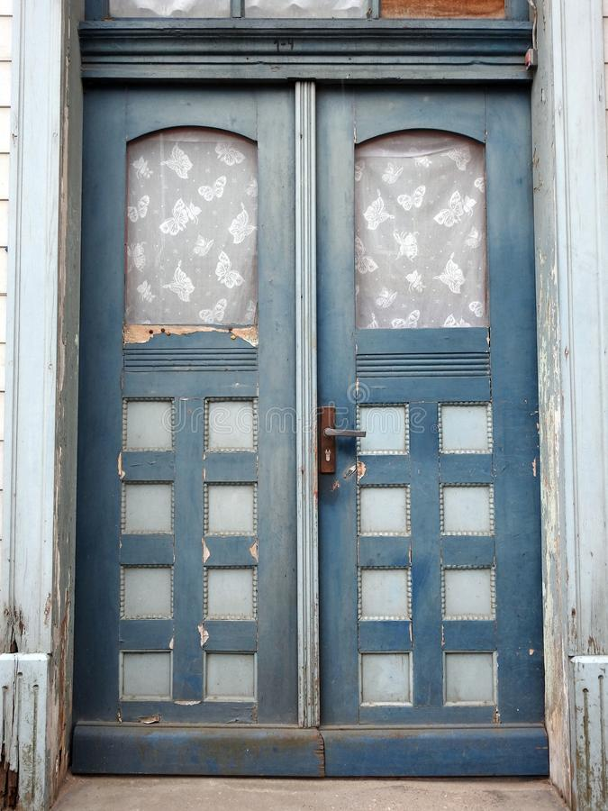 Porta velha da casa, Letónia foto de stock royalty free