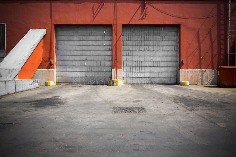 Porta velha da garagem do metal da construção industrial foto de stock