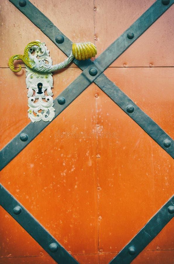 Porta velha de madeira e do metal de entrada com puxador da porta antigo fotografia de stock royalty free