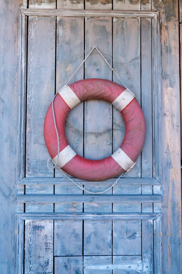 Porta velha de madeira de safra com barco de boi, antiga cabana de madeira retrô imagem de stock