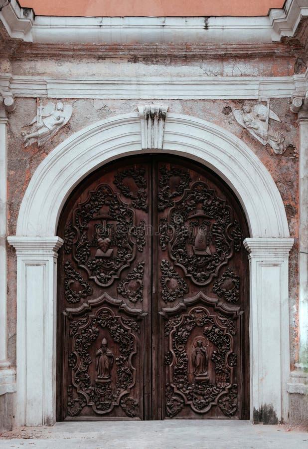 Porta velha de San Agustin Church, Manila, Filipinas imagem de stock
