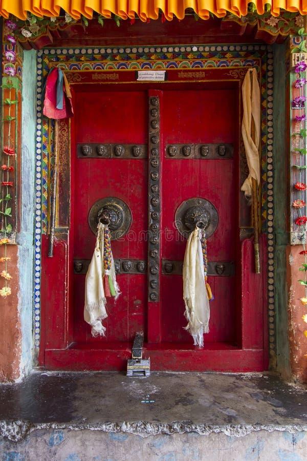 Porta velha de um monastério budista em Ladakh, India fotografia de stock royalty free