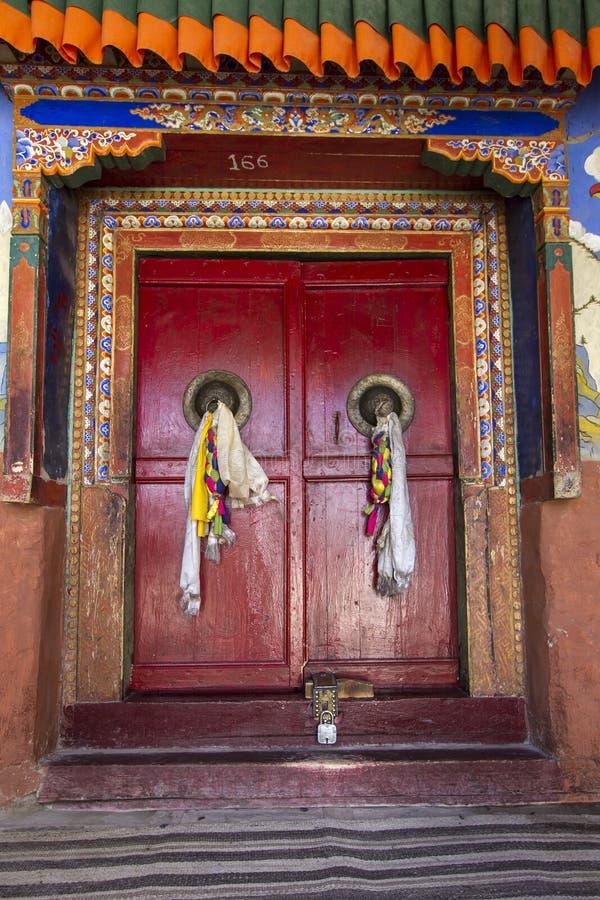 Porta velha de um monastério budista em Ladakh, India imagens de stock