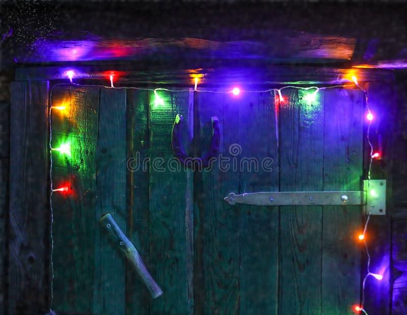 Porta velha decorada com festão fora Fundo festivo dos feriados de inverno imagens de stock royalty free