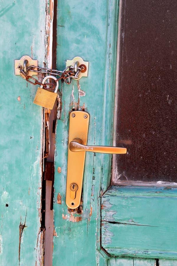 Porta velha do close up com fechamento/porta de madeira do vintage fechado e a casa da segurança, imagem de stock
