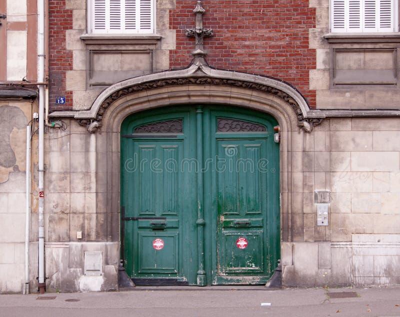 Porta velha do estilo do renascimento na rua fotografia de stock royalty free