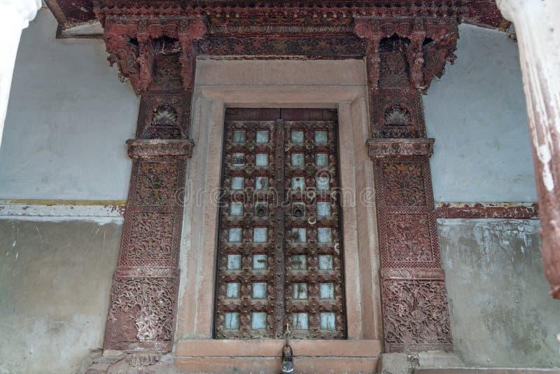 A porta velha e bonita em Jodhpur foto de stock