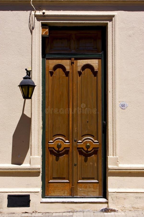 Porta velha e uma lâmpada de rua no centro do colonia fotos de stock royalty free