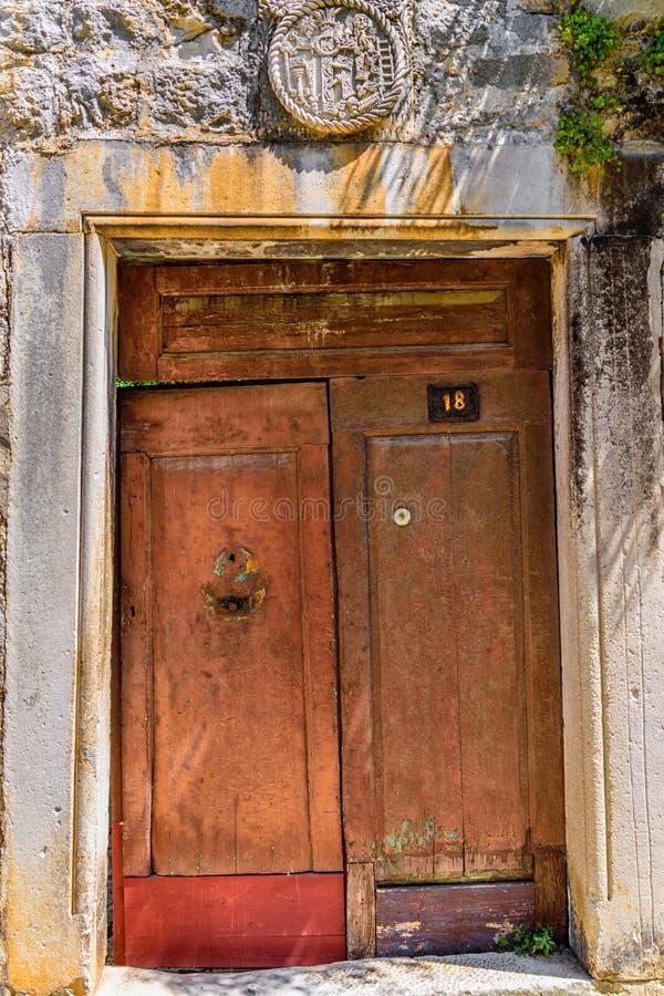 Porta velha na casa de pedra imagens de stock