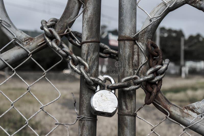 Porta velha oxidada com cadeado foto de stock royalty free