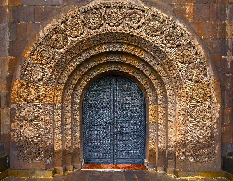 A porta velha Portas de aço Cinzeladura na pedra foto de stock