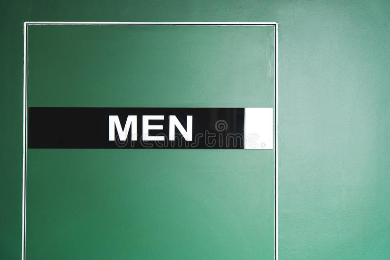 Porta verde ao toalete com a inscrição de um homem fotografia de stock royalty free
