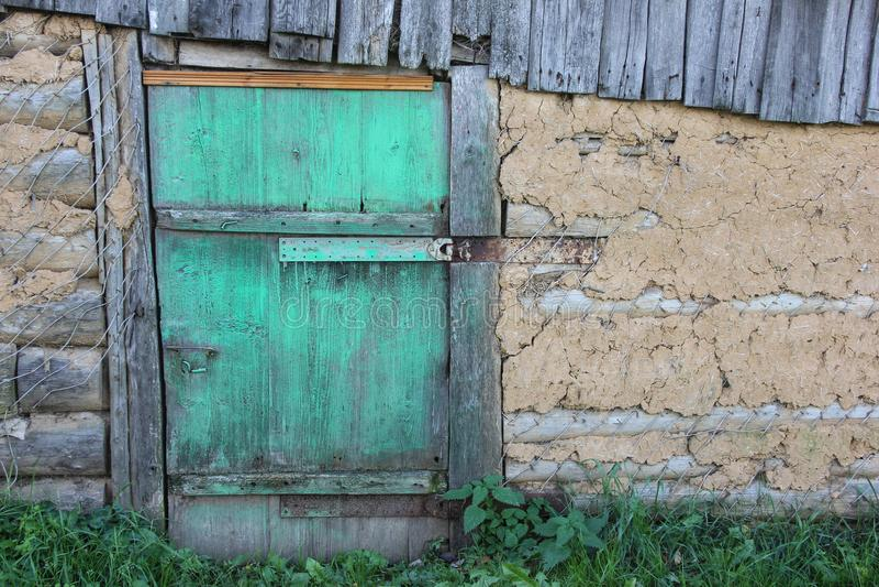 Porta verde bloccata in una casa di campagna fotografia stock