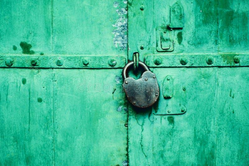 Porta verde con la serratura verde fotografia stock