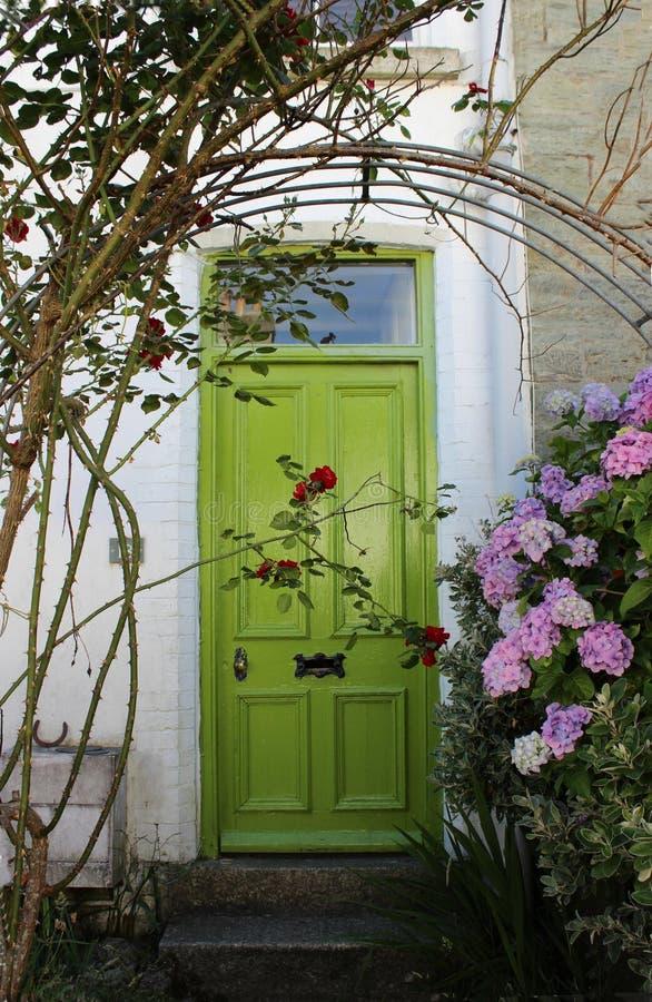 Porta verde con le ortensie fotografie stock libere da diritti