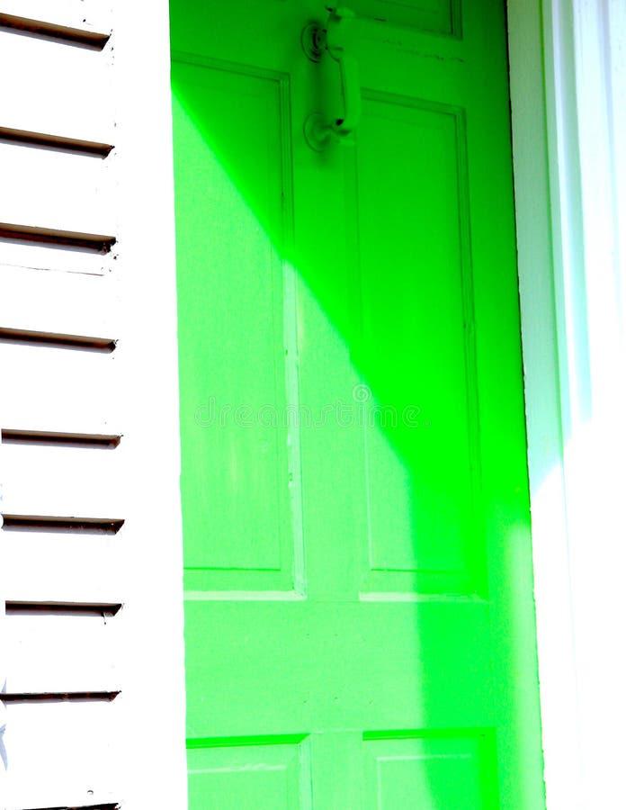 Porta verde do borr?o imagens de stock